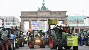 Tratores bloquearam arredores do Portão de Brandemburgo, em Berlim, nesta terça-feira (26).