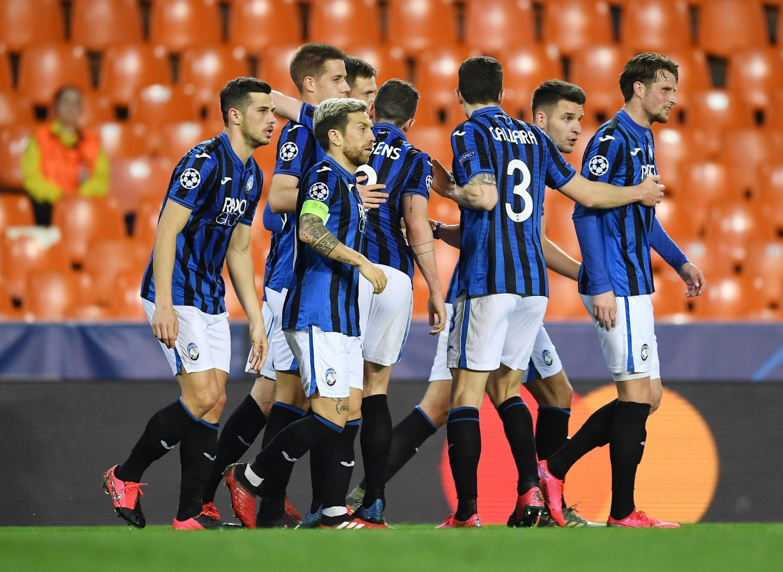 Les joueurs de l'Atalanta Bergame fêtent un des buts de Josip Ilicic face au Valence CF, devant des tribunes interdites aux spectateurs à cause du coronavirus.
