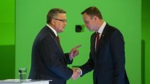 Hai ứng cử viên vào vòng hai : Bronislaw Komorowski và Andrezj Duda - REUTERS /W. Grzedzinskii