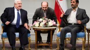 Le président iranien  Mahmoud Ahmadinejad (D) s'entretient avec le ministre syrien des Affaires étrangères Walid Muallem (G) à Téhéran, le 4 novembre 2009.