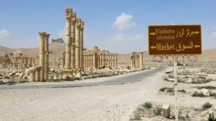Mji wa kale wa Palmyra, pamoja na bango linalowaelekeza watalii, Syria, Machi 27, 2016, baada ya serikali kuudhibiti mji huo kutoka mikononi mwa kundi la IS.