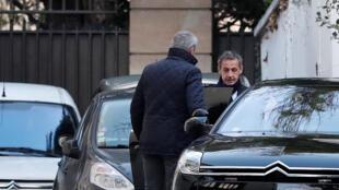 El ex presidente Nicolas Sarkozy sale de su casa en París para el segundo día de interrogatorio, el 21 de marzo de 2018.