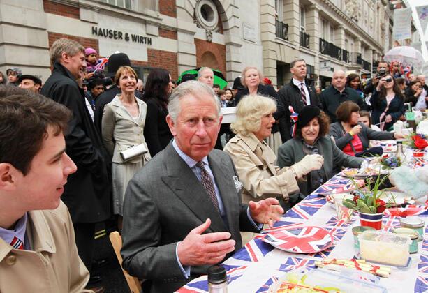 El príncipe Carlos y su esposa cultivan su popularidad en una fiesta de barrio.