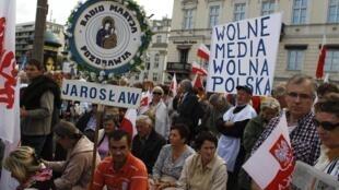 Sur une des pancartes de la manifestation, on pouvait lire : «Libérez les médias, libérez la Pologne». Varsovie, le 29 septembre 2012.