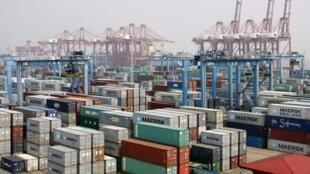 Vue générale de conteneurs dans le port de Ningbo, dans la province du Zhejiang, le 9 avril 2013.