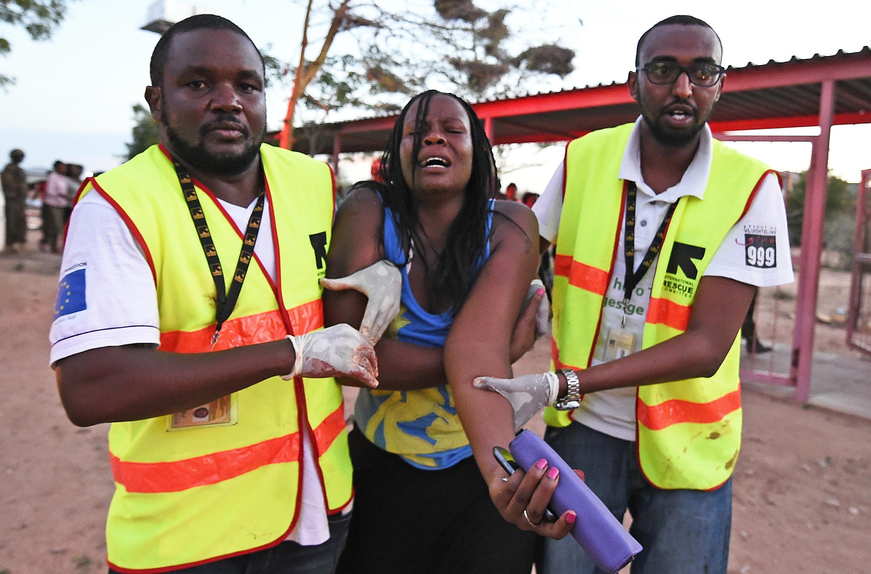 Les secours évacuent une étudiante blessée pendant l'attaque contre l'université de Garissa, revendiquée par les shebabs en 2015.