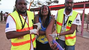 Les secours évacuent une étudiante blessée pendant l'attaque contre l'université de Garissa, revendiquée par les shebabs somaliens.