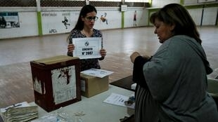 Trabajadores electorales preparan una mesa electoral  Montevideo, Uruguay, el 27 de octubre de 2019.