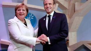 El presidente francés Emmanuel Macron y la canciller alemana inauguraron el Foro de París sobre la paz, este domingo 11 de Noviembre de 2018.