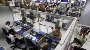 Loja das Casas Bahia em São Paulo: o setor de serviços brasileiro registrou alta de 1,7% em 2012.