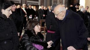 O presidente Giorgio Napolitano consola uma parente de uma das vítimas do naufrágio.