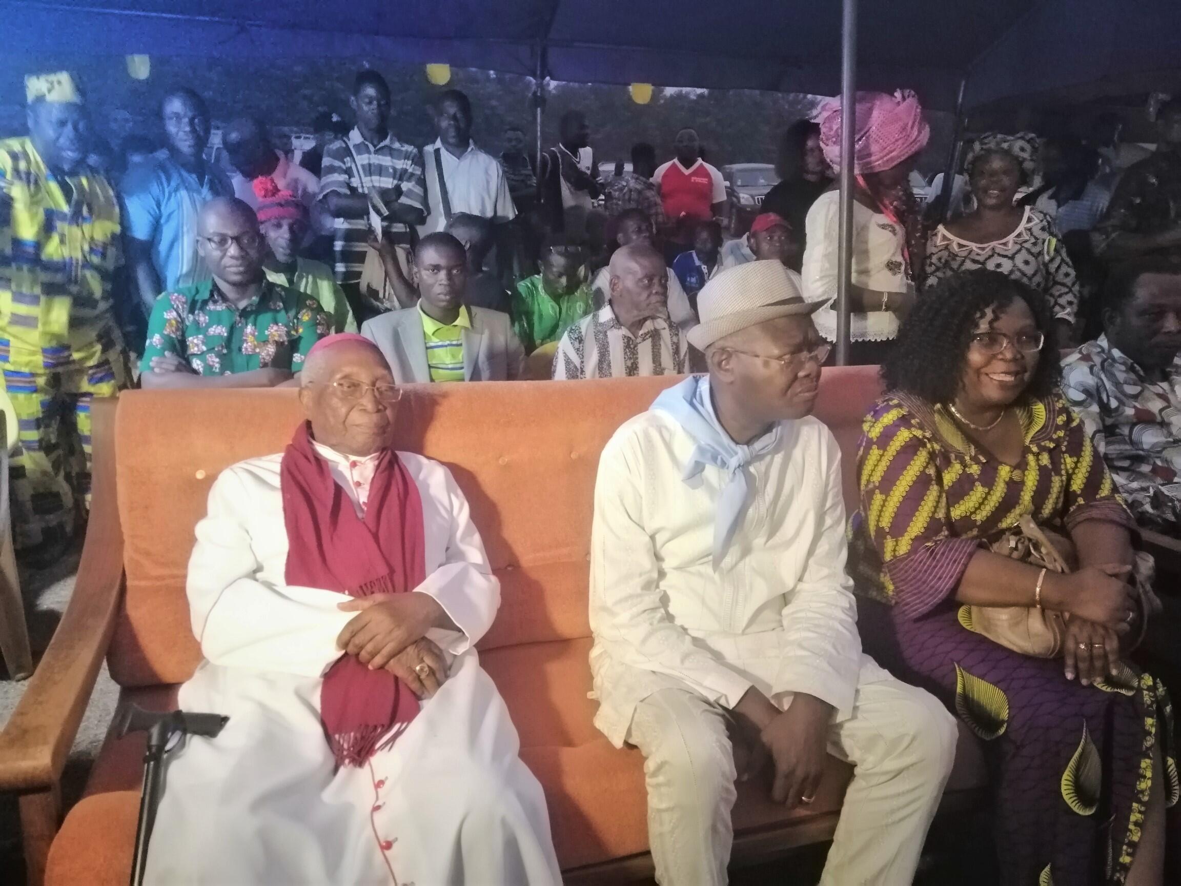 Mgr Philippe Kpodzro en campagne, assis aux côtés du candidat Agbéyomé Kodjo, le 14 février 2020.