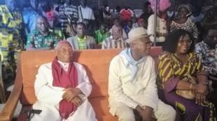 Mgr Philippe Kpodzro en campagne, assis aux côtés du candidat Agbéyomé Kodjo, le 14 février 2020. (image d'illustration)