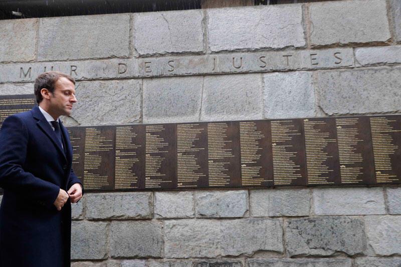 Emmanuel Macron, leader du mouvement politique En Marche ! devant le mur des justes au Musée de la Shoah.  Paris, le 30 avril 2017.