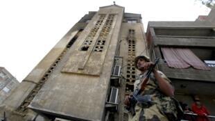 Um soldado egípcio patrulha junto à igreja Santa Maria a 8 de Maio de 2011