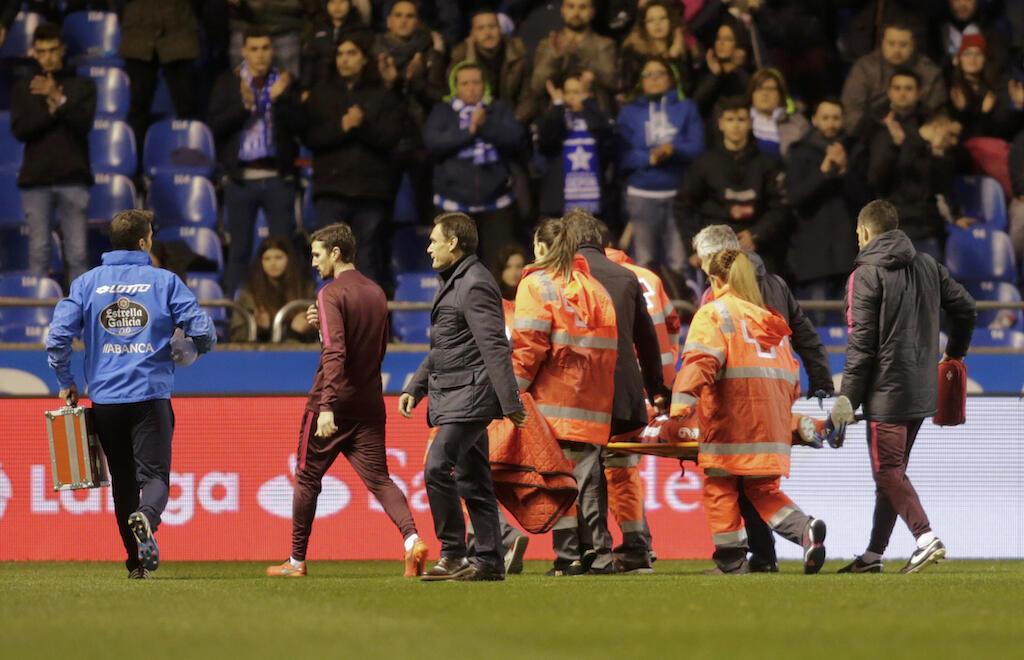 Madaktari na watoa huduma ya kwanza wakiwa wamembeba kwenye machela mchezaji wa klabu ya Atletico Madrid, Fernando Torres. 2 Machi 2017.