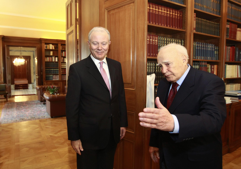 Президент Греции Каролос Папулиас встречается с управляющем греческого Центробанка. Афины 06/03/2012