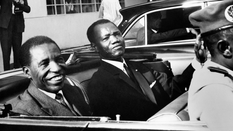 De g. à dr.: Alphonse Massamba-Débat et François Tombalbaye (dit Ngarta Tombalbaye) en 1964.