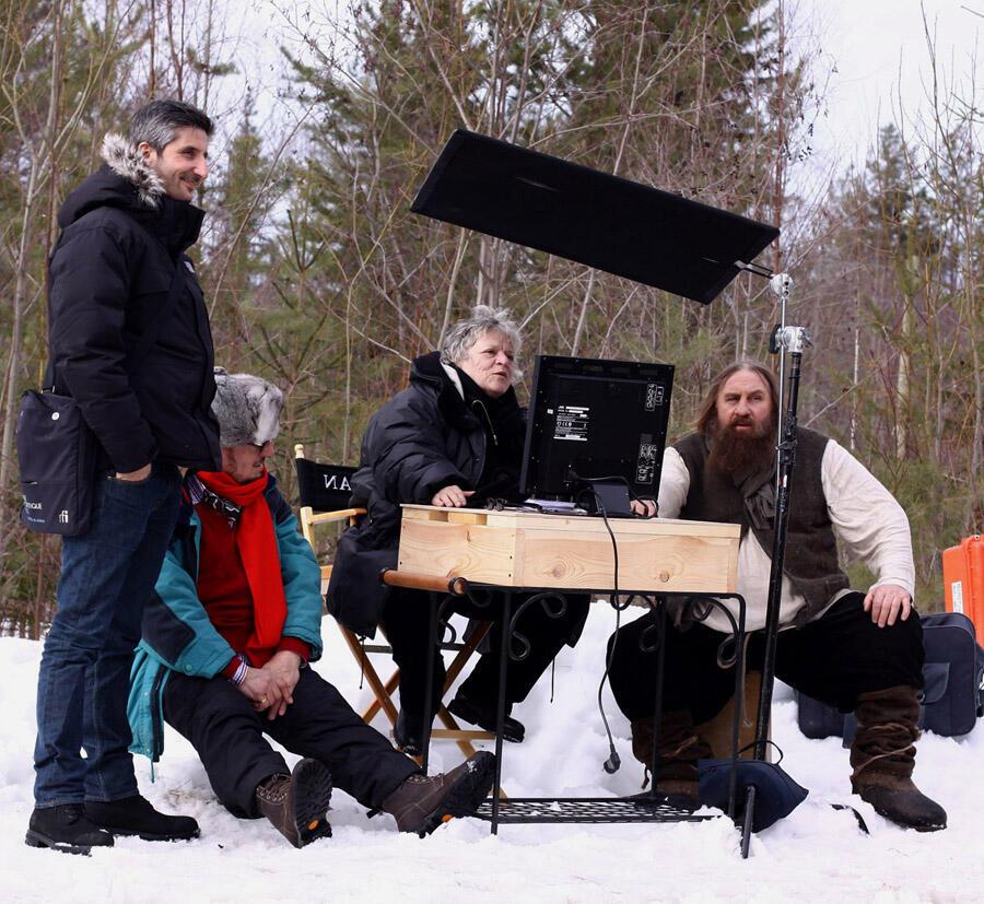 """Арно Фрилле (стоит), Жозе Дайян (перед экраном) и Жерар Депардье на съемках """"Распутина"""""""