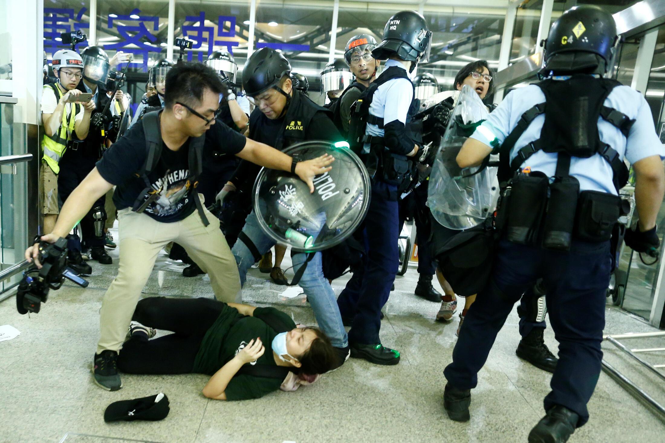 Cảnh sát Hồng Kông đụng độ với người biểu tình chống chính quyền tại sân bay Hồng Kông ngày 13/08/2019.