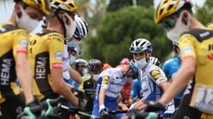 Le pilote français Julian Alaphilippe attend avant la 1ère étape de la 107e édition de la course cycliste du Tour de France, 156 km entre Nice et Nice, le 29 août 2020.