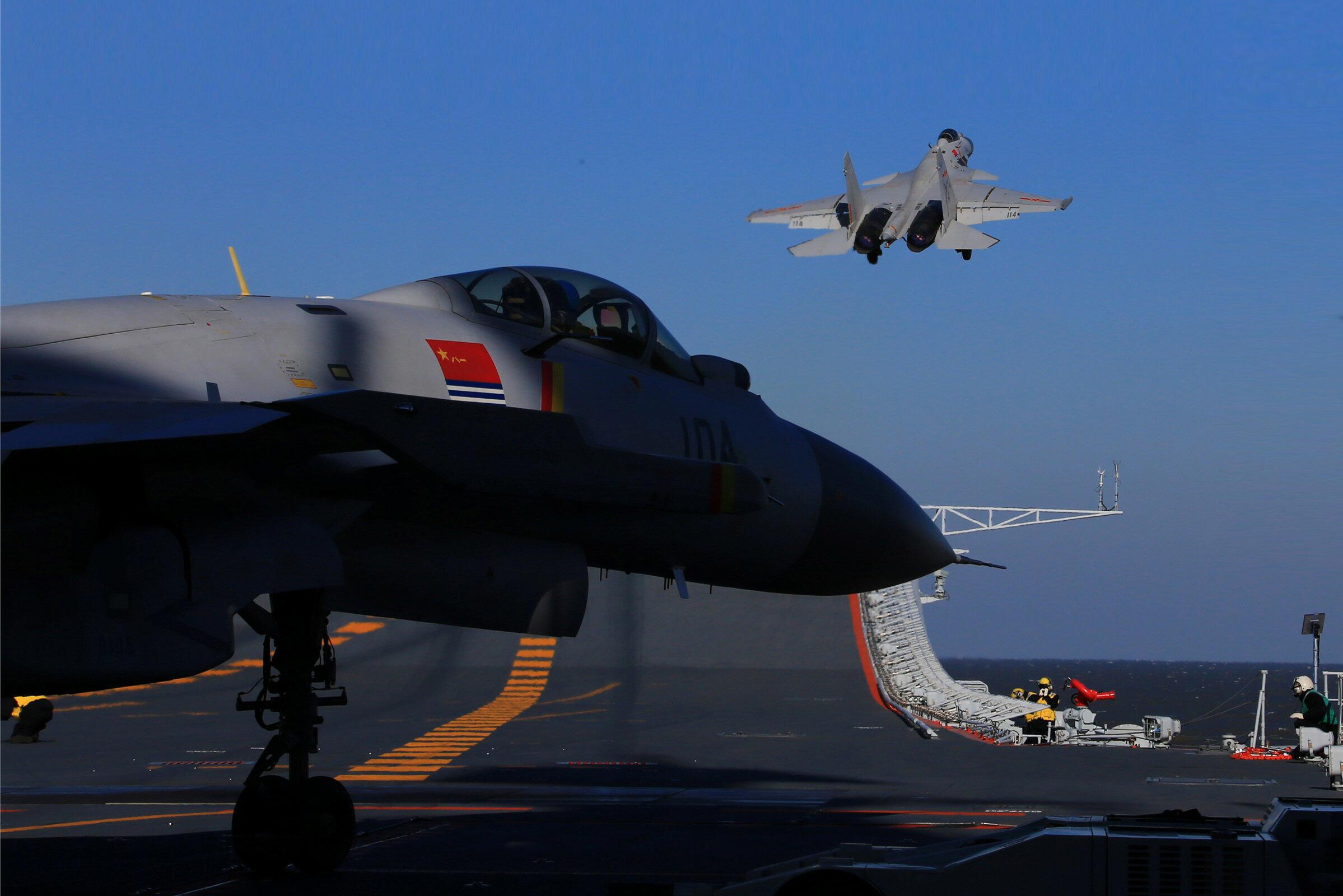 Chiến đấu cơ Trung Quốc tập cất cánh từ hàng không mẫu hạm Liêu Ninh.