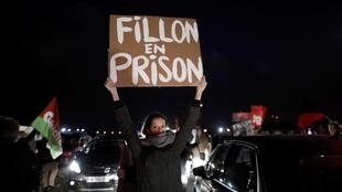 Une manifestation contre François Fillon, en marge d'une visite du candidat Les Républicains à l'élection présidentielle française à Compiègne, au nord-ouest de Paris.