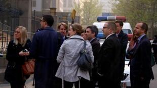 北京海淀區第二法院開庭審理丁家喜和李蔚案,西方外交官聚集在法庭外,2014年4月8日