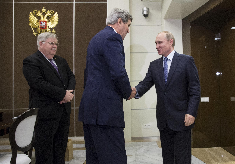 Le secrétaire d'Etat américain John Kerry a été longuement reçu par son homologue Sergueï Lavrov puis par Vladimir Poutine, Sotchi le 12 mai 2015.