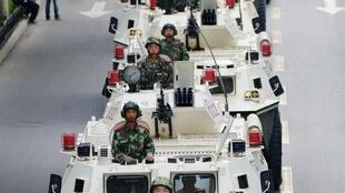 Đoàn xe thiết giáp tiến vào Urumqi, sau vụ khủng bố làm khoảng 40 người chết - REUTERS /Kyodo