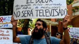 L'ONU a dénoncé la situation des droits de l'Homme au Venezuela, sous fond de crise économique et sociale, frappant également la santé. Ici, un manifestant brandit une pancarte contre le manque de médicaments, à Caracas le 14 juin 2018.