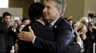O presidente paraguaio Horacio Cartes abraça Magri na Cúpula do Mercosul.