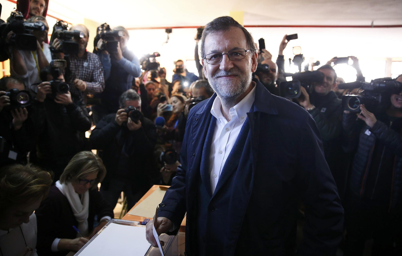 O primeiro-ministro e candidato à reeleição pelo conservador PP, Mariano Rajoy, antes de depositar seu voto na urna.