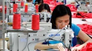 Một dây chuyển sản xuất hàng may mặc tại Việt Nam.