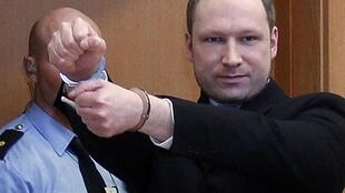 O assassino confesso Anders Behring Breivik chega à corte de Oslo, nesta terça-feira.