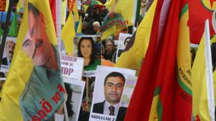 Người biểu tình giương ảnh lãnh đạo đảng Kurdistan PKK bị cầm tù, Abdullah Ocalan, tố cáo chính sách trấn áp của tổng thống  Erdogan. Ảnh 17/11/2016.