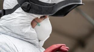 Le personnel soignant est au front pendant cette épidémie de coronavirus où désormais 1,7 milliard de personnes dans le monde sont confinées.