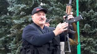 Ông Alexandre Loukachenko xuất hiện tại Minsk hôm 23/08/2020, giữa lúc phong trào phản đối ông tái đắc cử tổng thống lên cao.