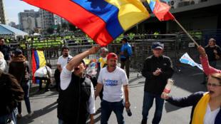Manifestation de supporters du candidat à la présidentielle équatorienne Guillermo Lasso devant le Conseil national Electoral, le 3 avril à Quito