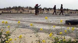 Lực Lượng Dân Chủ Syria (SDF) quan sát  khu vực đập nước Tabqa ngày 27/03/2017.