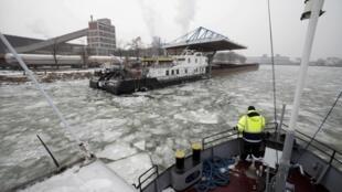 Nước Áo dùng tàu phá băng trên dòng Danube, nhưng lưu thông trên đoạn sông ở Bulgari lại bị cấm (REUTERS)