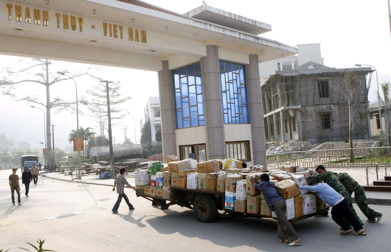 Hàng tiểu ngạch từ Trung Quốc bò sang Việt Nam ở một cửa khẩu biên giới