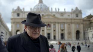 Le cardinal américain Raymond Leo  Burke, à la veille du conclave de 2013, le 11 mars 2013 place Saint-Pierre, au Vatican.