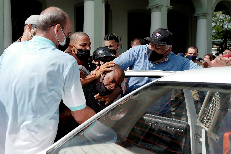 Một người bị cảnh sát bắt trong lúc biểu tình chống chính phủ Cuba, tại La Habana, ngày 11/07/2021.