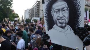 Manifestant brandissant une pancarte en l'honneur de George Floyd, à Washington, le 2 juin.