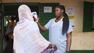 Test de température à Kousemale, une ville malienne proche de la frontière guinéenne, le 2 octobre 2014.