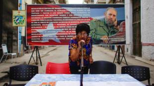 Un miembro de la comisión electoral local antes de recibir las candidaturas para las asambleas municipales, La Habana, 4 de septiembre de 2017.