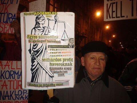 Un retraité hongrois, lors de la manifestation le 26 novembre 2014, protestant contre les menaces du gouvernement Orban.