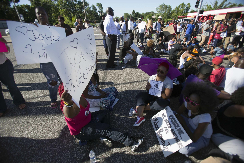 Manifestantes protestan en Ferguson por la muerte de Michael Brown el 13 de agosto de 2014.