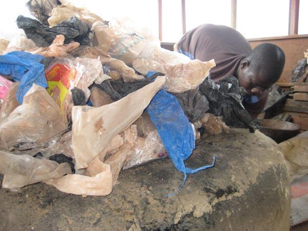 Un ouvrier travaillant dans une usine de recyclage de plastique.